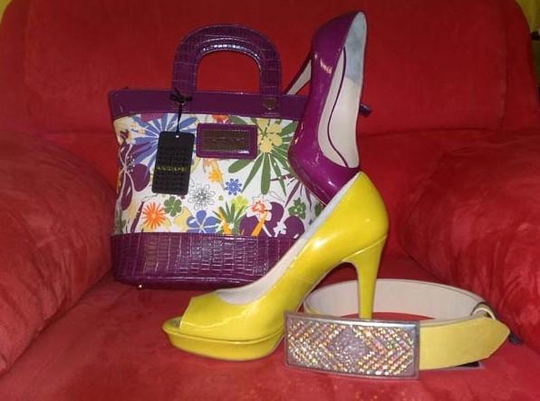 Abbinare le scarpe con la cinta e la borsa