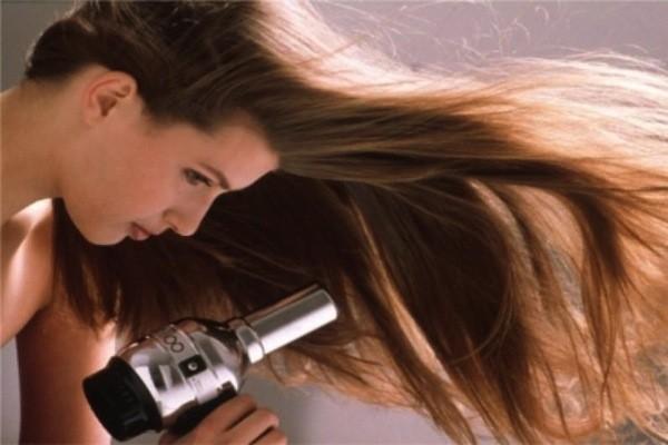 asciugare capelli lisci col phon