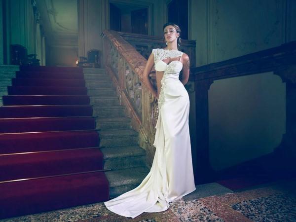 Vestito da sposa con spacco asimmetrico sul fianco